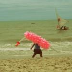 venditore ambulante in una spiaggia del Brasile nel nordest