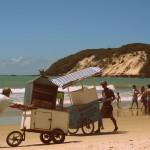 venditore ambulante nella spiaggia di Natal a Ponta Negra